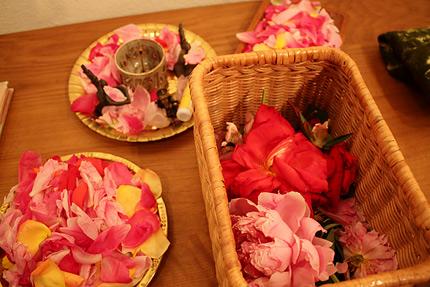 聖なる空間をつくるための花びらとお香。Ganeshaガネーシャ神の姿も・・・