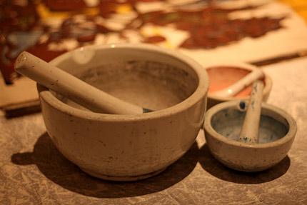 乳鉢. 染料や糊を溶くのに使います