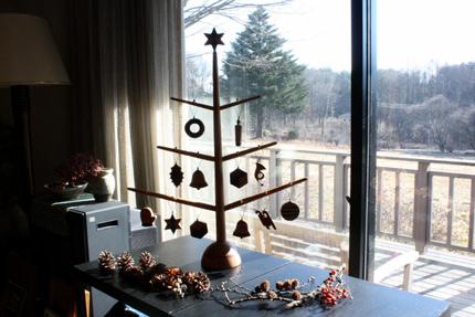 クリスマス・ツリー. CRAFT BAN の木製のツリーと畑の向こうの立派な樅木
