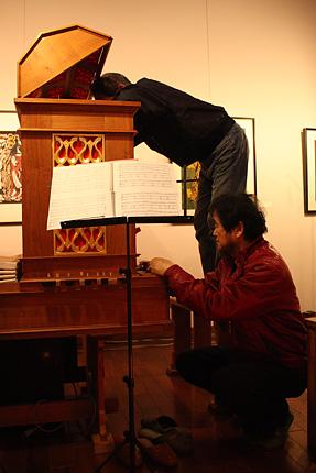 オルガンビルダーの草苅徹夫さん(左)中西光彦さん(右)。演奏の合間に細やかに調整します。