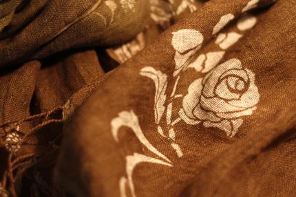麻のショール 草花が型で染めぬかれています