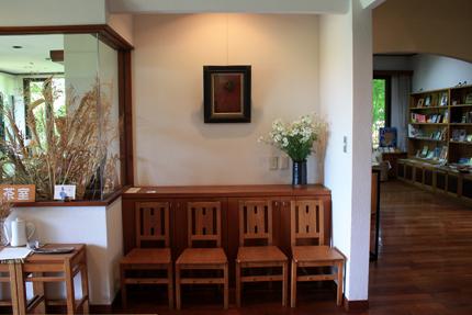 第一展示室を背にして 左:喫茶室 右:売店