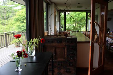 暖炉の前からみた喫茶室