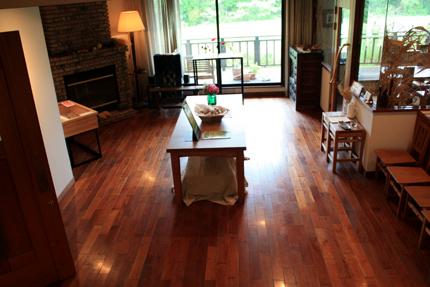 階段の途中から 左:第一展示室 右:喫茶室