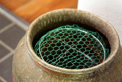 花器の内側に金網をはめこみました