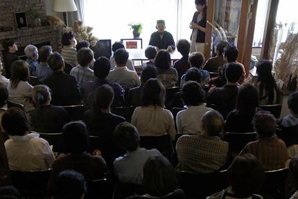 宇梶静江さんとお集まりのお客様。手話の同時通訳も。