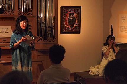 宇梶静江さんの作品『炎のフクロウ』を挟んで 右・中尾幸世さん 左・田島和枝さん