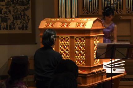 「オルガンⅠ」を演奏する武久源造さんと、ふいごを操る山口眞理子さん