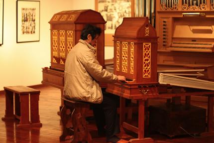 コンサート終了後、楽器はそれぞれ中西さんの元から旅立ちます。名残惜しむように音の仕上がりを確認する中西さん。