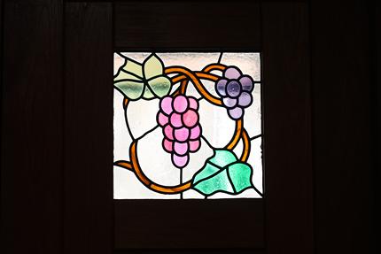 玄関のドアにはめ込まれたステンドグラス