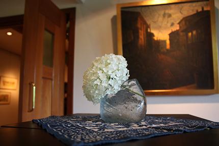 西洋アジサイの一輪挿し 背景の絵は、小林豊『クチュクヤルチュン氏の庭 B』です