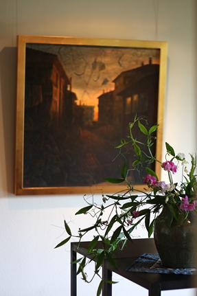 『クチュクヤルチュン氏の庭 B』とコントラストをなす鮮やかな宿根スイートピー