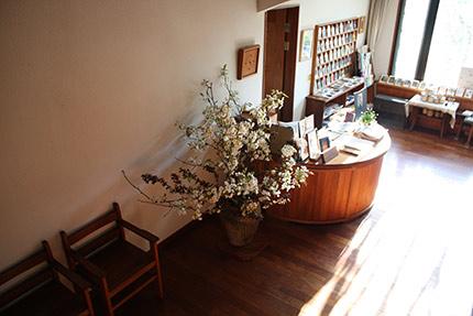 2階吹き抜けから見た玄関ロビー 満開の梨の花