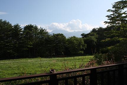 ルネ・マグリット『アルンハイムの領地』を意識?して甲斐駒ヶ岳を背景にぱちり!
