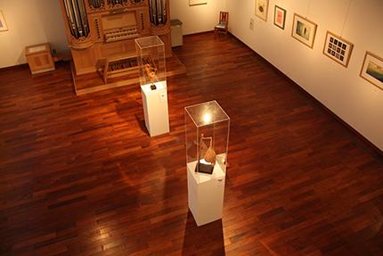 二階から第一展示室を見下ろして・・・
