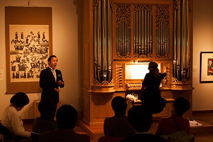 谷口洋介さん(テノール)と 塚谷水無子さん(オルガン) (オルガンに向かって左側の作品は渡辺禎雄『ルツ記』、右側は『聴く』)