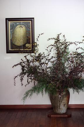 玄関正面の壁面に展示した作品は、『カリン』(渡辺隆次 アクリル等 1992年)です