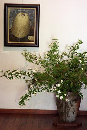 バイカウツギにホサキナナカマドの葉をあしらいました。『カリン』(渡辺隆次 アクリル等 1992年)とともに玄関を彩ります