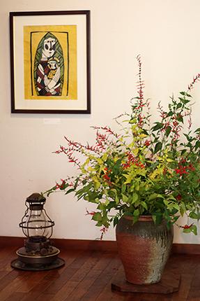 二種類のパイナップルセージにオオデマリの葉をあしらいました。壁面の作品は『聖母子』(渡辺禎雄 型染版画 1991)です