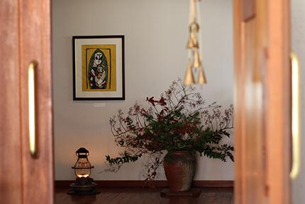 モミとノバラを中心にした活け込みと『聖母子』(渡辺禎雄 1991年 型染版画)