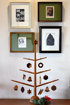 クラフト・バンの木製のクリスマスツリー その1 壁面の作品はケーテ・コルヴィッツや奥潤一郎の絵葉書を額装したものです