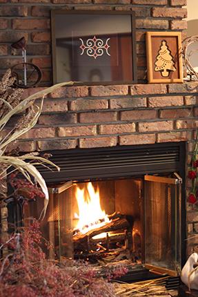 暖炉に火をともしました。宇梶静江の刺繍モチーフと、クラフト・バンの木製のクリスマスツリー