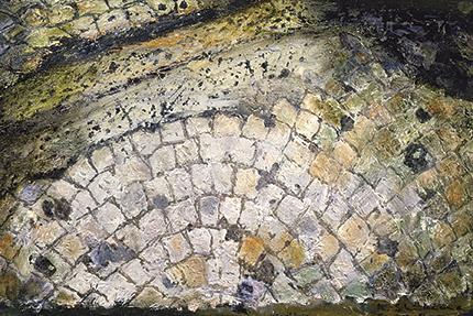 『石畳Ⅱ(上野地下道)』(四竈公子 1989年 油彩 フィリア美術館蔵)