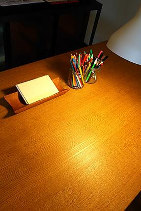 筆記具とカードと机と椅子を用意しました
