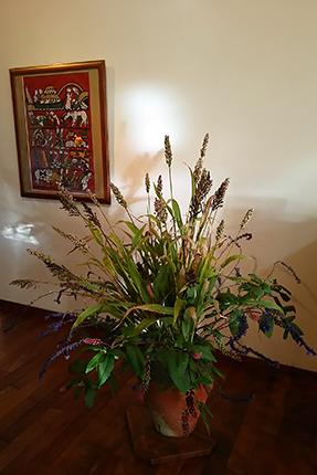 黒穂と白穂のタカキビを中心に、洋種のヤマゴボウ、ラベンダーセージ。 背面の作品は、渡辺禎雄『ノアの方舟』 (1975年 型染版画)です